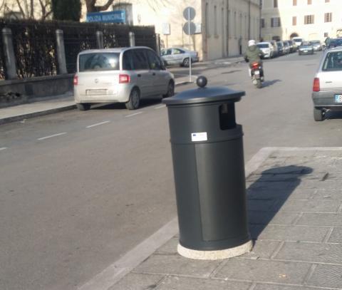 Arredo urbano a foligno arrivano cestini fioriere e for Cestini arredo urbano