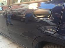 L'auto danneggiata dalla bottiglia