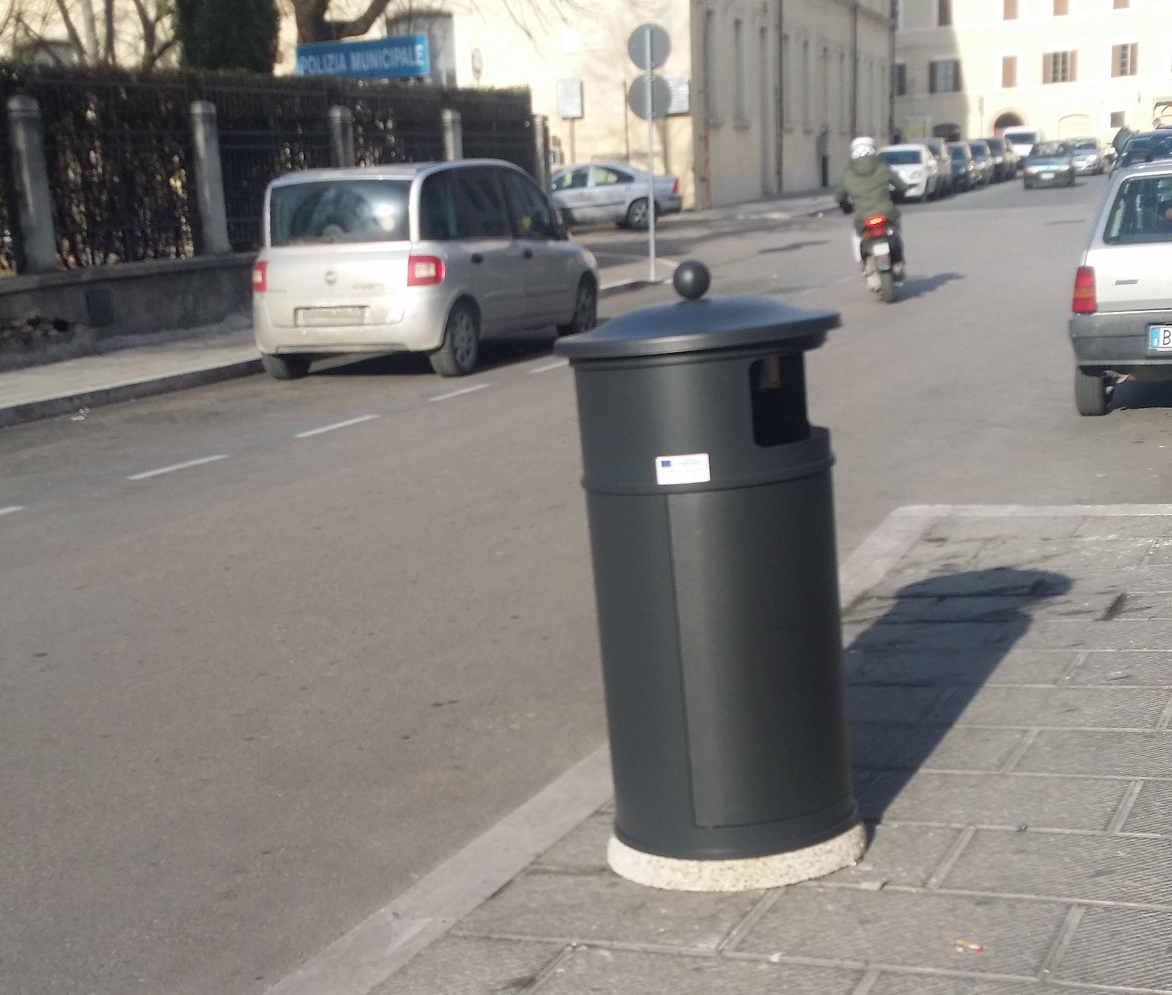 Arredo urbano a foligno arrivano cestini fioriere e for Arredo urbano cestini