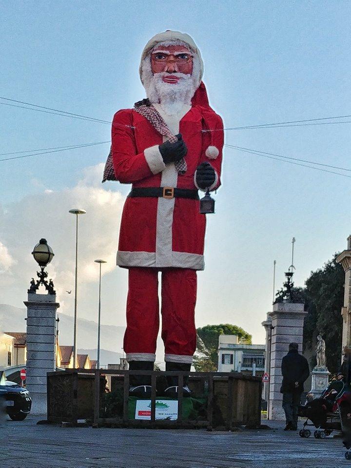 Babbo Natale Babbo Natale.Anche Foligno Ha Il Suo Spelacchio Il Babbo Natale Di Porta Romana