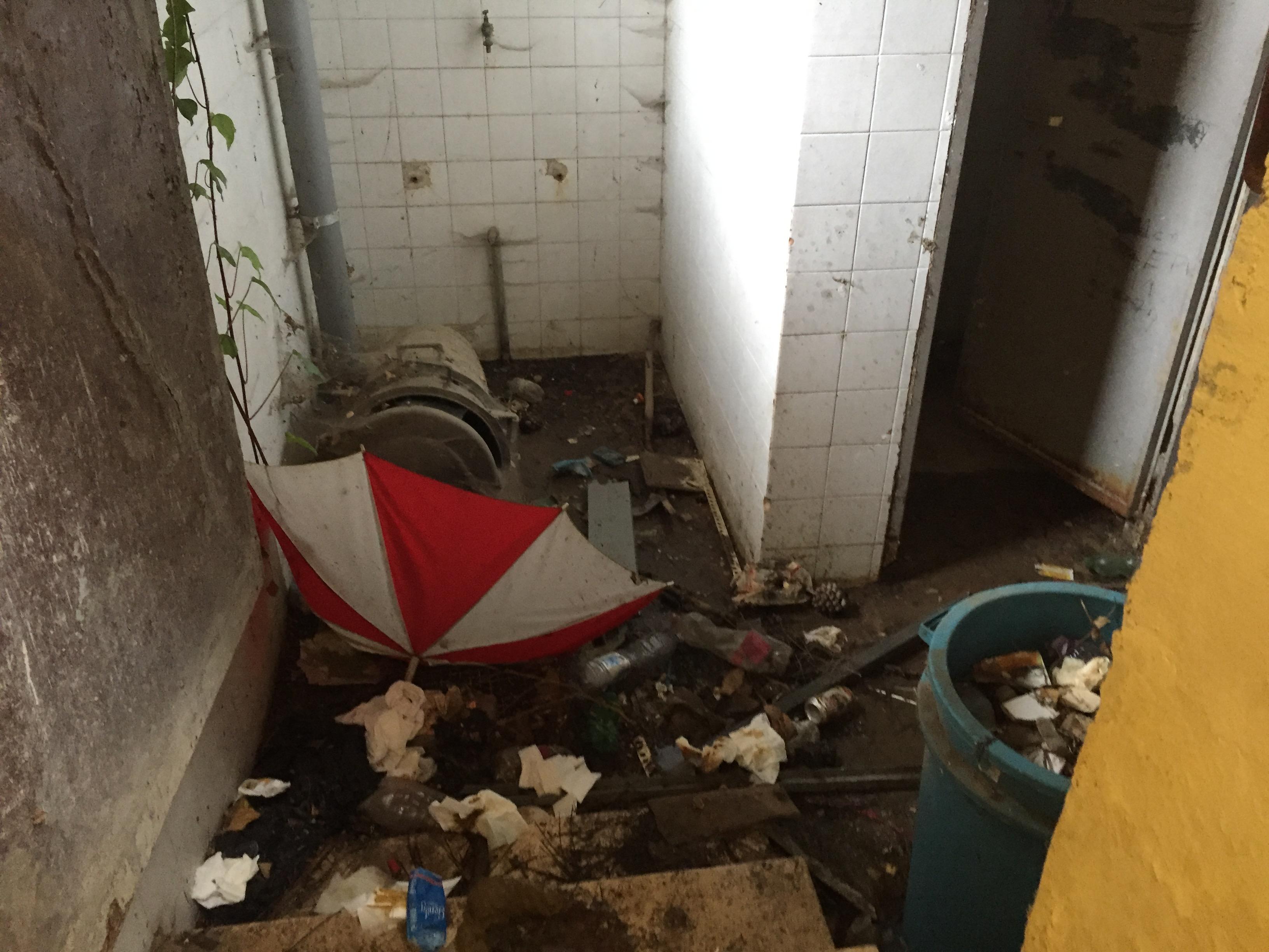 siringhe abbandonate, bagni pubblici e strutture fatiscenti, il ... - Arredo Bagno Foligno